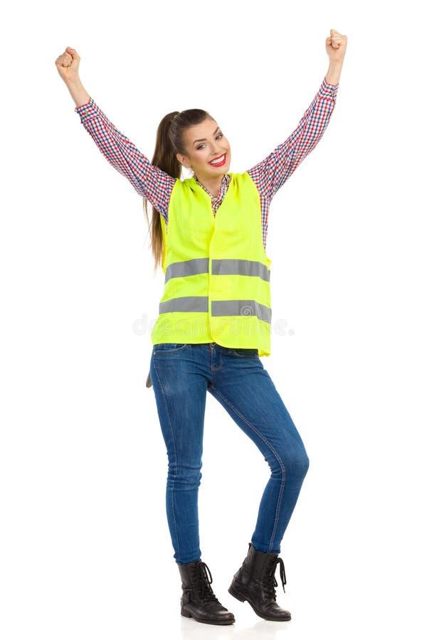 Χαμογελώντας γυναίκα στην αντανακλαστική φανέλλα στοκ φωτογραφία με δικαίωμα ελεύθερης χρήσης
