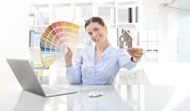 Χαμογελώντας γυναίκα στην αρχή, αρχιτεκτονική έννοιας και κατασκευή στοκ εικόνες