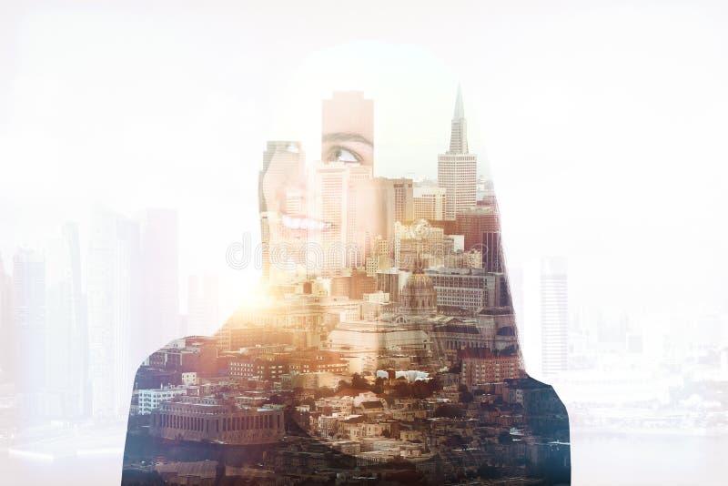 Χαμογελώντας γυναίκα στο multiexposure πόλεων στοκ εικόνες