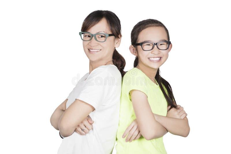 χαμογελώντας γυναίκες μητέρων ευτυχίας κορών στοκ εικόνα