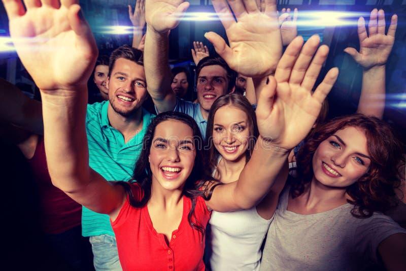 Χαμογελώντας γυναίκες που χορεύουν στη λέσχη στοκ φωτογραφία
