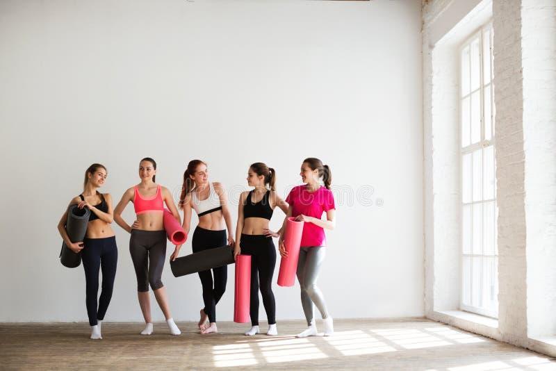 Χαμογελώντας γυναίκες στο στούντιο ικανότητας στοκ εικόνα με δικαίωμα ελεύθερης χρήσης
