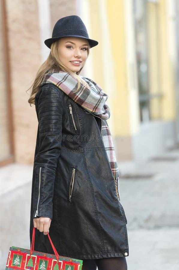 Χαμογελώντας γλυκιά γυναίκα στις χειμερινές πωλήσεις στοκ φωτογραφίες