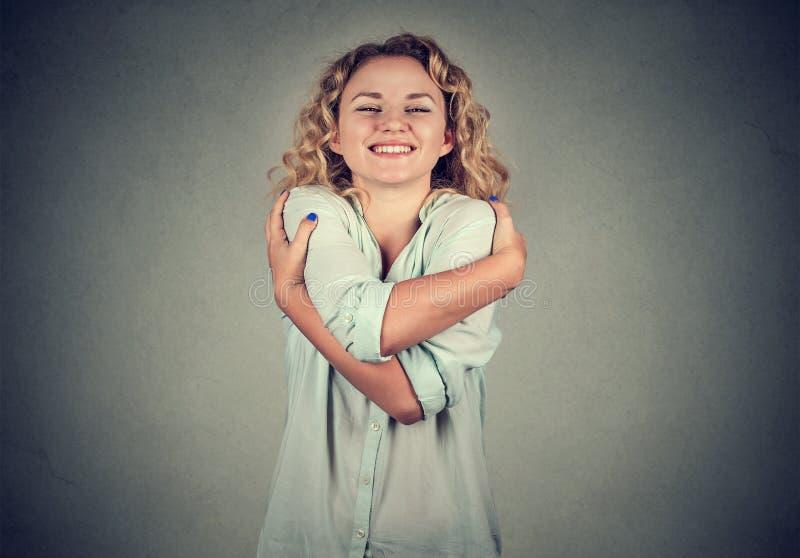 Χαμογελώντας εκμετάλλευση γυναικών που αγκαλιάζεται Έννοια αγάπης οι ίδιοι στοκ εικόνα με δικαίωμα ελεύθερης χρήσης