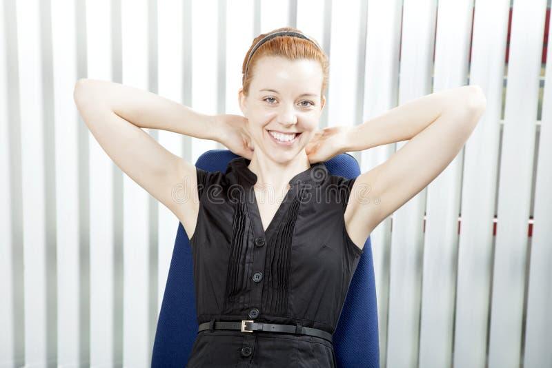 Χαμογελώντας επιτυχής επιχειρηματίας στοκ εικόνες