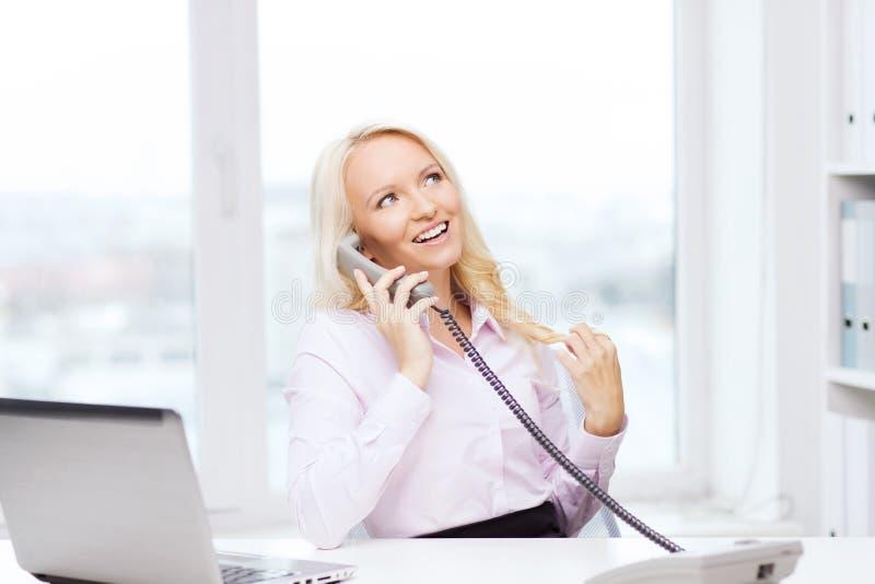Χαμογελώντας επιχειρηματίας ή σπουδαστής που καλεί το τηλέφωνο στοκ φωτογραφία με δικαίωμα ελεύθερης χρήσης