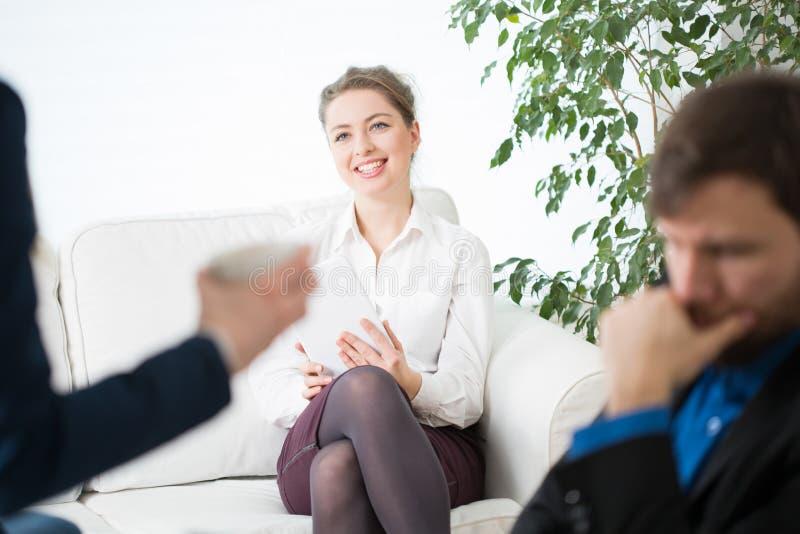 Χαμογελώντας επιχειρηματίας και οι συνάδελφοί της στοκ φωτογραφία με δικαίωμα ελεύθερης χρήσης