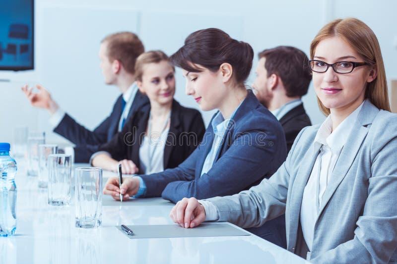 Χαμογελώντας επιχειρηματίας κατά τη διάρκεια της συνεδρίασης Συμβουλίου στοκ εικόνες με δικαίωμα ελεύθερης χρήσης