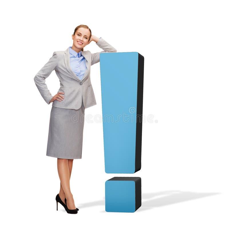 Χαμογελώντας επιχειρηματίας με το σημάδι θαυμαστικών στοκ φωτογραφία