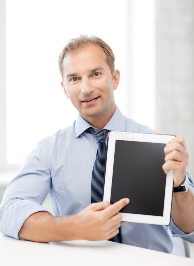 Χαμογελώντας επιχειρηματίας με το PC ταμπλετών στην αρχή στοκ φωτογραφία με δικαίωμα ελεύθερης χρήσης