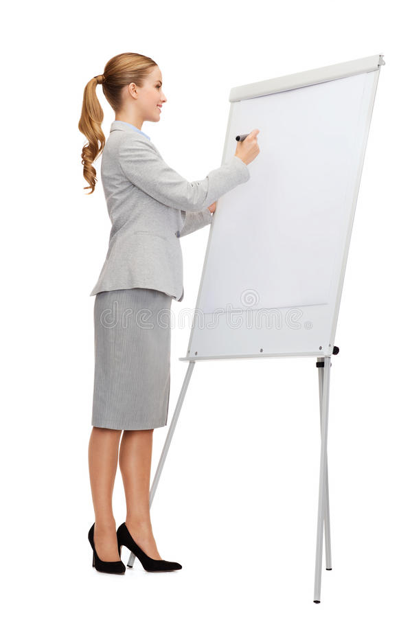 Χαμογελώντας επιχειρηματίας που γράφει στον πίνακα κτυπήματος στοκ φωτογραφία με δικαίωμα ελεύθερης χρήσης