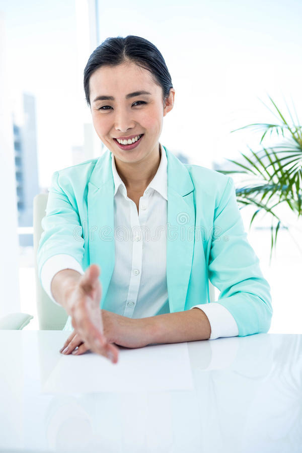 Χαμογελώντας επιχειρηματίας που προσφέρει μια χειραψία στοκ εικόνα με δικαίωμα ελεύθερης χρήσης