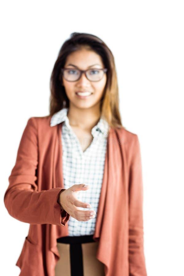 Χαμογελώντας επιχειρηματίας που προσφέρει μια χειραψία στοκ εικόνες
