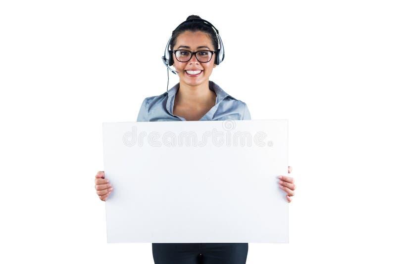 Χαμογελώντας επιχειρηματίας που φορά την κάσκα και το κράτημα του άσπρου φύλλου στοκ εικόνα