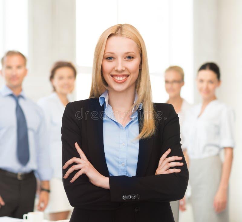 Χαμογελώντας επιχειρηματίας στην αρχή στοκ φωτογραφίες