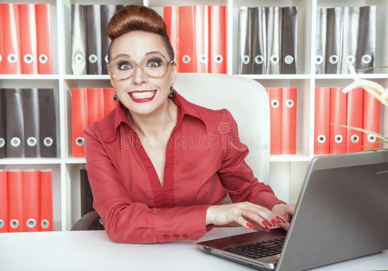 Χαμογελώντας επιχειρησιακή γυναίκα επιτυχίας στοκ φωτογραφίες