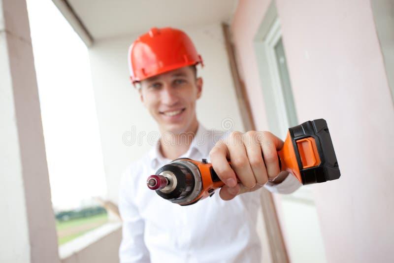 Χαμογελώντας εργαζόμενος με το τρυπάνι στοκ φωτογραφίες με δικαίωμα ελεύθερης χρήσης