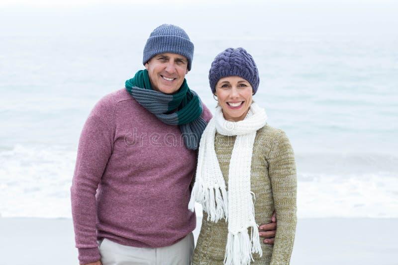 Χαμογελώντας ευτυχές ζεύγος και που φορά τα μαντίλι και τα καπέλα στοκ φωτογραφία
