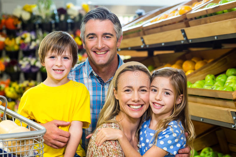 Χαμογελώντας ευτυχής οικογένεια που θέτει από κοινού στοκ φωτογραφία