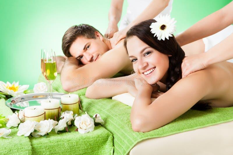 Χαμογελώντας ζεύγος που λαμβάνει το μασάζ ώμων beauty spa στοκ εικόνες με δικαίωμα ελεύθερης χρήσης