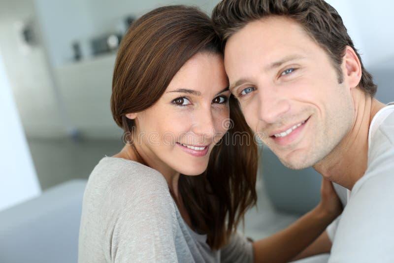 Χαμογελώντας ζεύγος που εξετάζει τη κάμερα στοκ εικόνες
