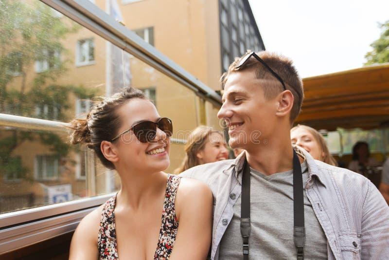 Χαμογελώντας ζεύγος που ταξιδεύει με το τουριστηκό λεωφορείο στοκ εικόνες με δικαίωμα ελεύθερης χρήσης