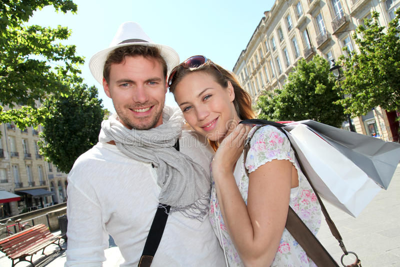 Χαμογελώντας ζεύγος των τουριστών που επισκέπτονται και αγορές στοκ φωτογραφία με δικαίωμα ελεύθερης χρήσης