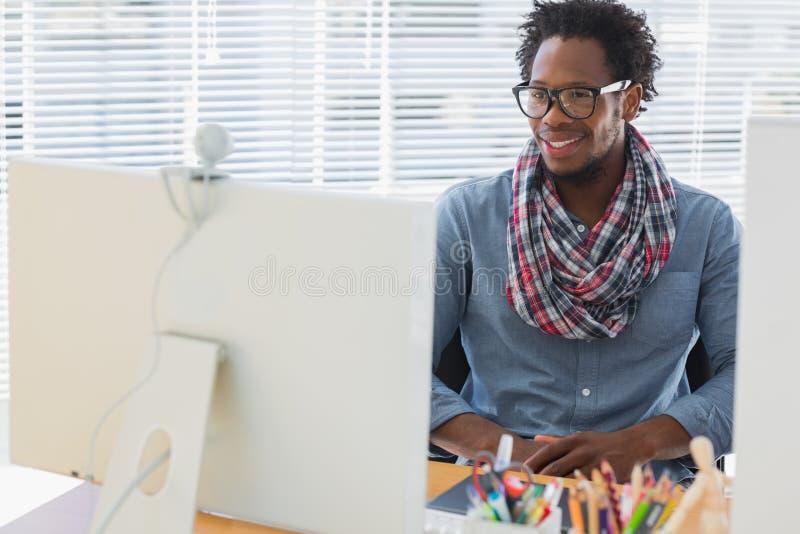 Χαμογελώντας δημιουργικός επιχειρησιακός υπάλληλος που έχει μια τηλεοπτική κλήση στοκ φωτογραφία