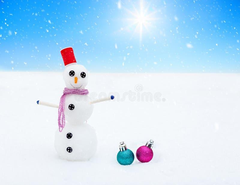 Χαμογελώντας διακοσμήσεις χιονανθρώπων και Χριστουγέννων στο δάσος κατά τη διάρκεια χιονοπτώσεων γραφικός χειμώνας τοπίων στοκ εικόνες