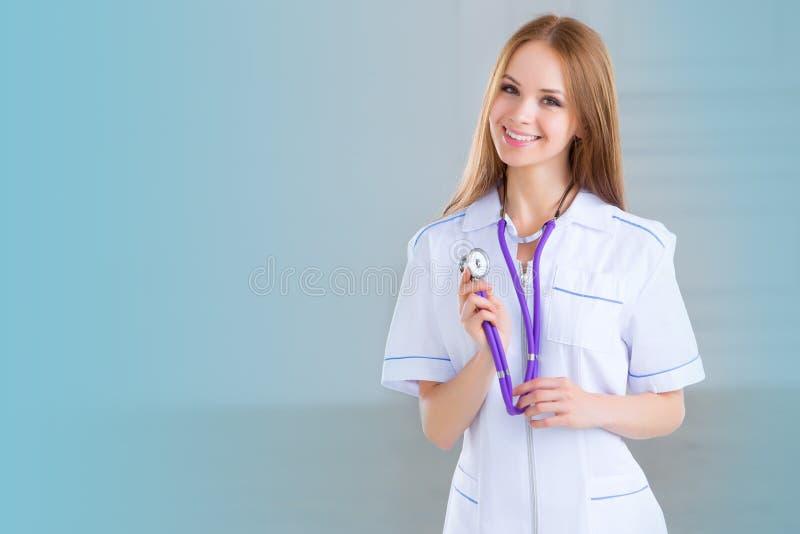 Χαμογελώντας ιατρικός γιατρός γυναικών στοκ εικόνα