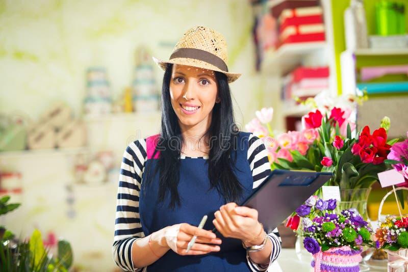 Χαμογελώντας ιδιοκτήτης μαγαζιό λουλουδιών μικρών επιχειρήσεων ανθοκόμων γυναικών στοκ φωτογραφία