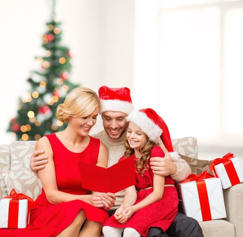 Χαμογελώντας κάρτα οικογενειακής ανάγνωσης στοκ εικόνες