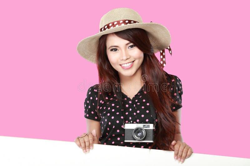Χαμογελώντας κενός λευκός πίνακας εκμετάλλευσης νέων κοριτσιών στοκ φωτογραφία με δικαίωμα ελεύθερης χρήσης
