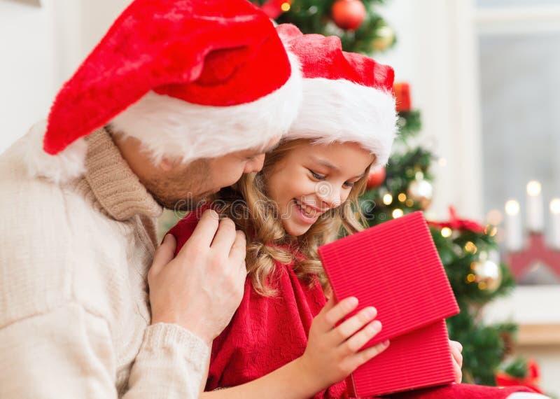 Χαμογελώντας κιβώτιο δώρων ανοίγματος πατέρων και κορών στοκ φωτογραφίες