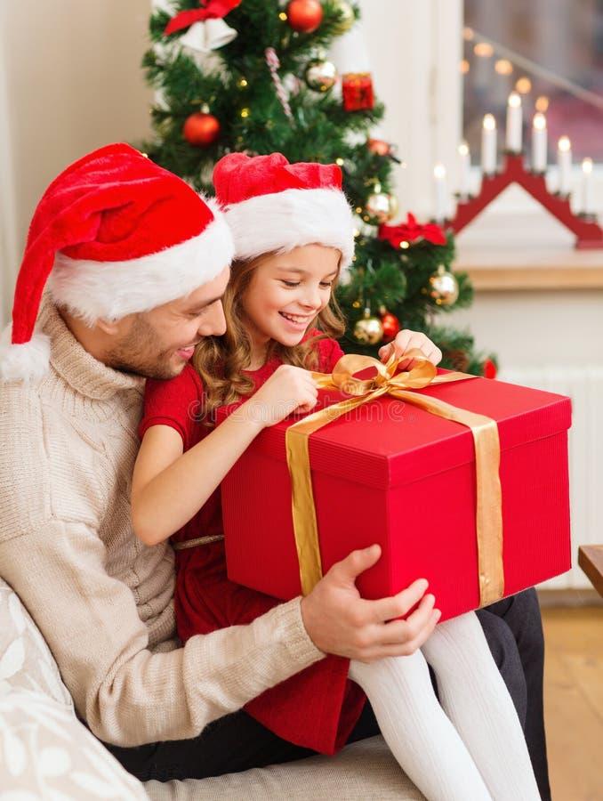 Χαμογελώντας κιβώτιο δώρων ανοίγματος πατέρων και κορών στοκ εικόνα με δικαίωμα ελεύθερης χρήσης