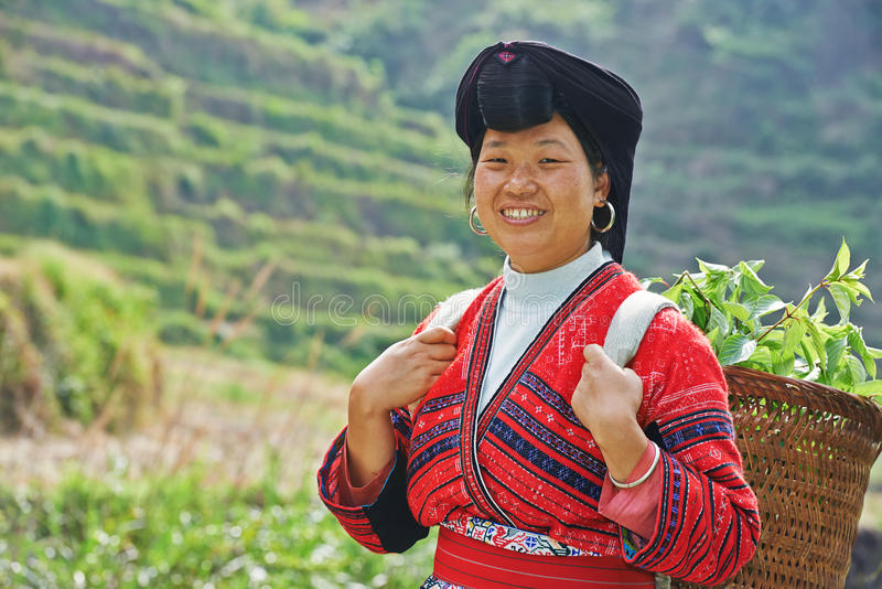 Χαμογελώντας κινεζική γυναίκα Yao μειονότητας στοκ εικόνες