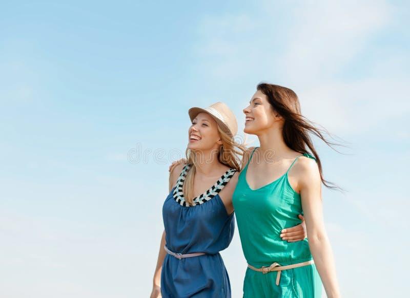 Χαμογελώντας κορίτσια που περπατούν στην παραλία στοκ φωτογραφίες με δικαίωμα ελεύθερης χρήσης