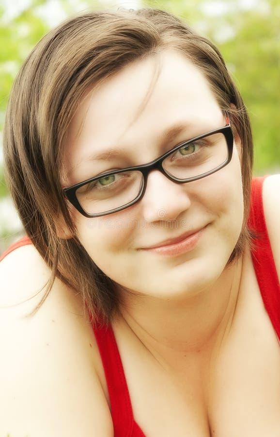 Χαμογελώντας κορίτσι με τα γυαλιά στοκ εικόνες με δικαίωμα ελεύθερης χρήσης