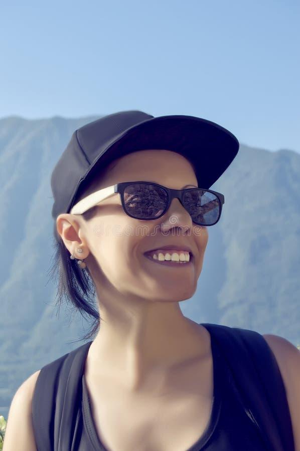 Χαμογελώντας κορίτσι με την ΚΑΠ στοκ εικόνα