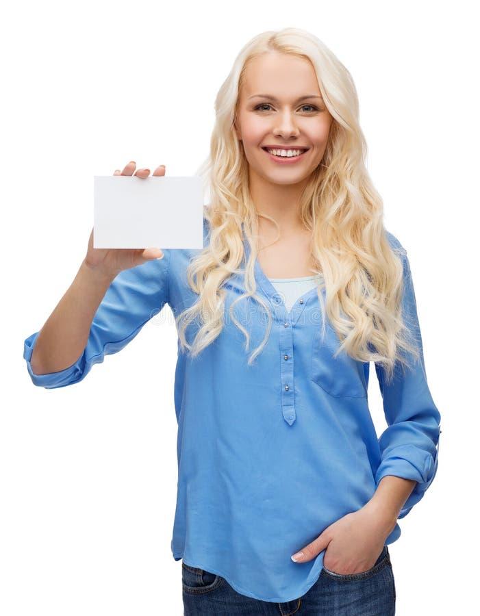 Χαμογελώντας κορίτσι με την κενή κάρτα επιχειρήσεων ή ονόματος στοκ εικόνες