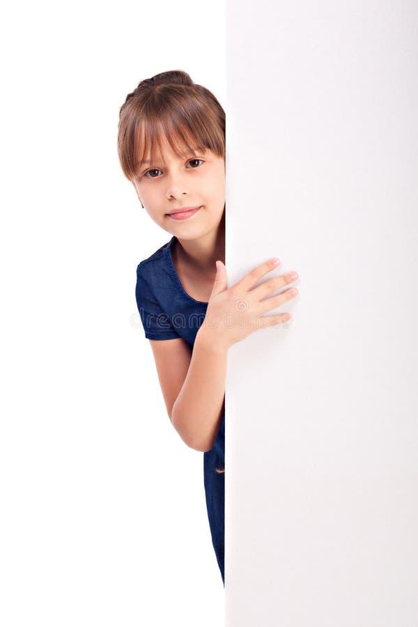 Χαμογελώντας κορίτσι με το κενό billdboard στοκ φωτογραφίες