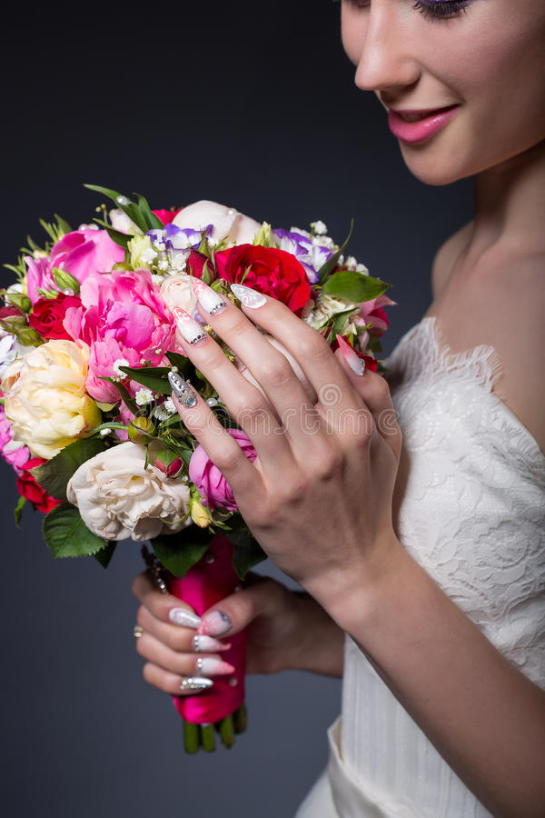 Χαμογελώντας κορίτσι νυφών χεριών όμορφο λεπτό με μια μεγάλη ανθοδέσμη του φωτεινού χρώματος στοκ φωτογραφία με δικαίωμα ελεύθερης χρήσης
