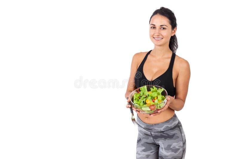 Χαμογελώντας κορίτσι που παρουσιάζει σαλάτα της στοκ εικόνες