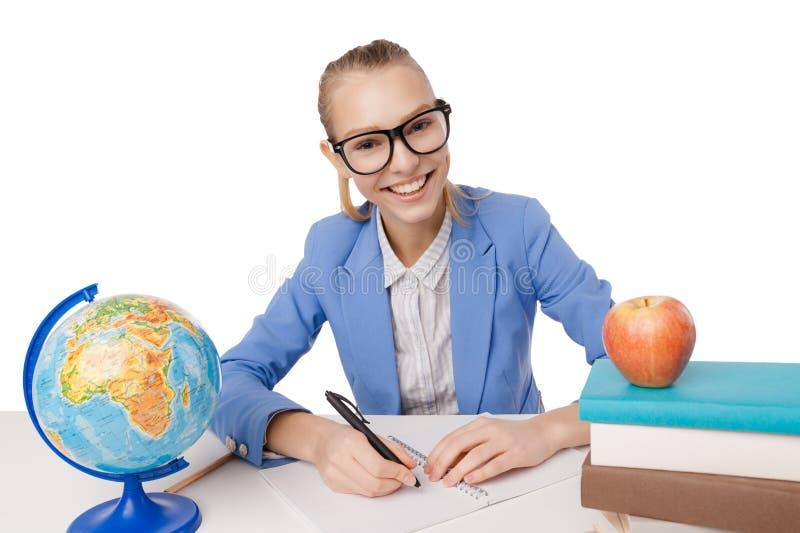 Χαμογελώντας κορίτσι σπουδαστών eyeglasses που διαβάζει τα βιβλία στοκ εικόνα με δικαίωμα ελεύθερης χρήσης
