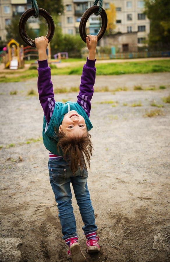 Χαμογελώντας κορίτσι στην παιδική χαρά στον αθλητισμό στοκ εικόνες