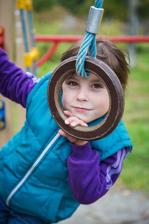 Χαμογελώντας κορίτσι στην παιδική χαρά στον αθλητισμό στοκ φωτογραφία με δικαίωμα ελεύθερης χρήσης