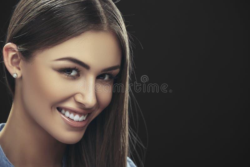 Χαμογελώντας κυρία με μακρυμάλλη στοκ φωτογραφία με δικαίωμα ελεύθερης χρήσης
