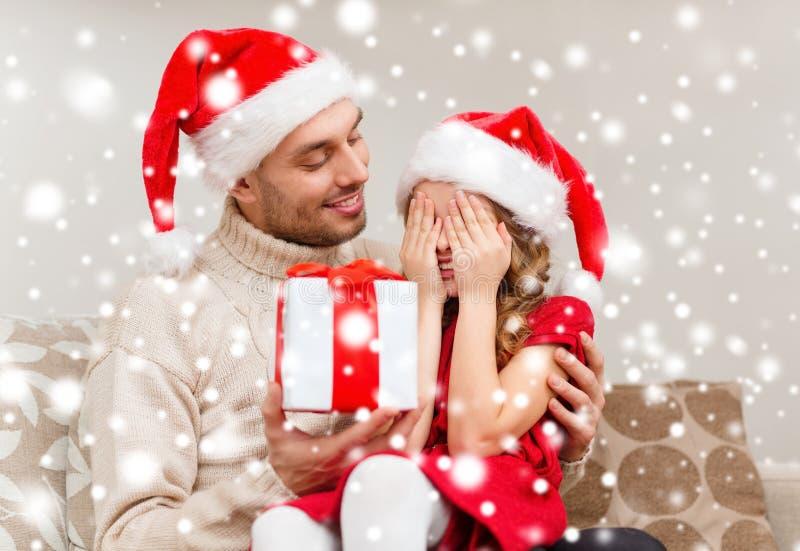 Χαμογελώντας κόρη που περιμένει ένα παρόν από τον πατέρα στοκ εικόνα με δικαίωμα ελεύθερης χρήσης