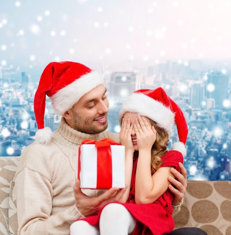 Χαμογελώντας κόρη που περιμένει το παρόν από τον πατέρα στοκ φωτογραφίες