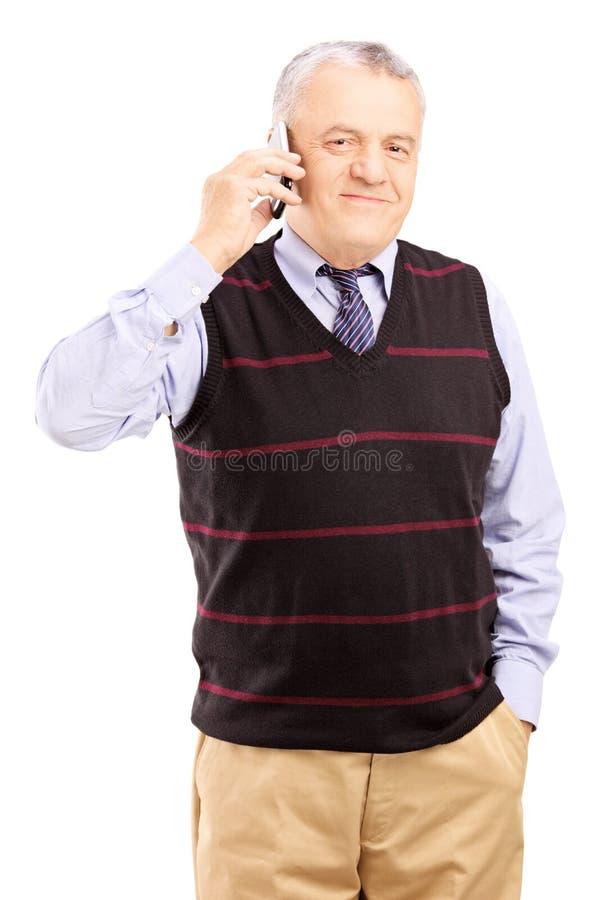 Χαμογελώντας κύριος που μιλά σε ένα κινητό τηλέφωνο στοκ φωτογραφίες με δικαίωμα ελεύθερης χρήσης